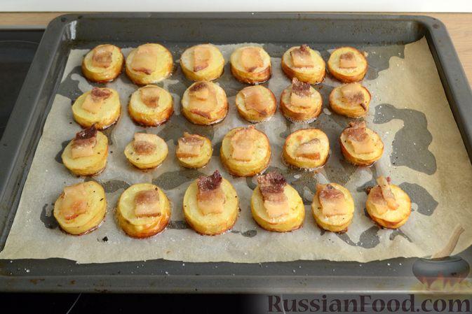 Фото приготовления рецепта: Молодой картофель, запечённый с салом - шаг №6