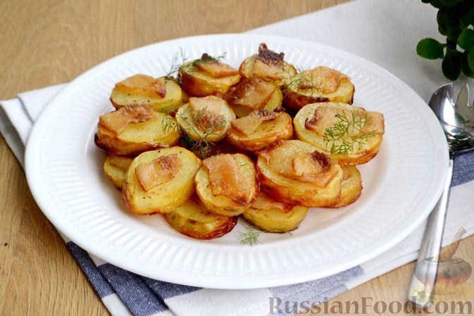 Фото приготовления рецепта: Молодой картофель, запечённый с салом - шаг №7