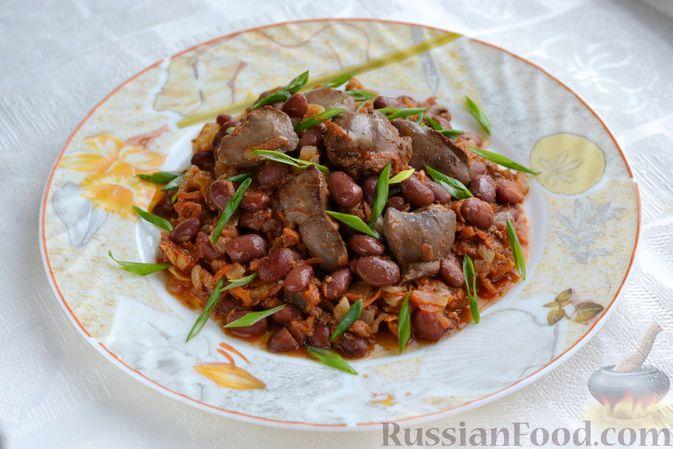 Фото к рецепту: Куриная печень, тушенная с консервированной фасолью и овощами