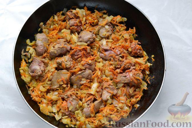 Фото приготовления рецепта: Куриная печень, тушенная с консервированной фасолью и овощами - шаг №8