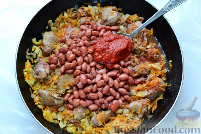 Фото приготовления рецепта: Куриная печень, тушенная с консервированной фасолью и овощами - шаг №10
