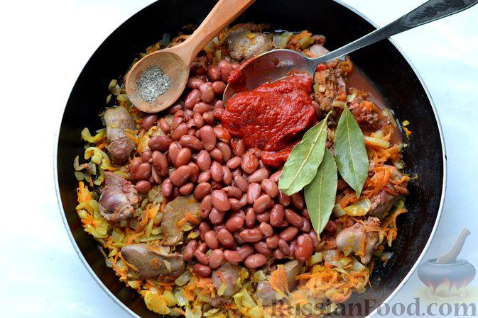 Фото приготовления рецепта: Куриная печень, тушенная с консервированной фасолью и овощами - шаг №11