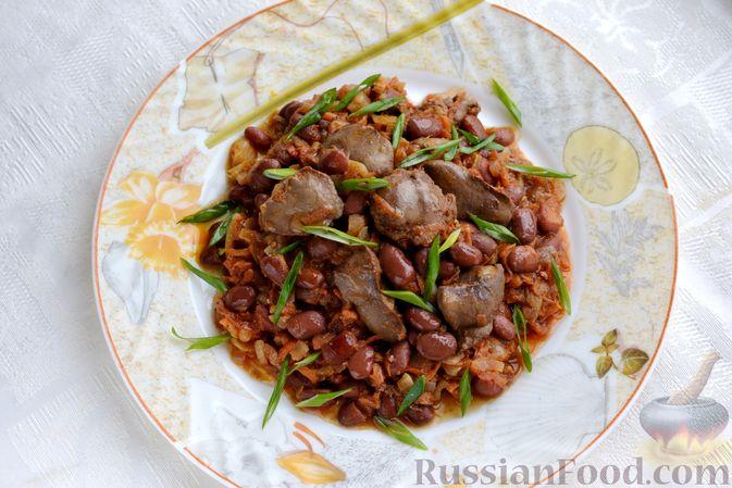 Фото приготовления рецепта: Куриная печень, тушенная с консервированной фасолью и овощами - шаг №13