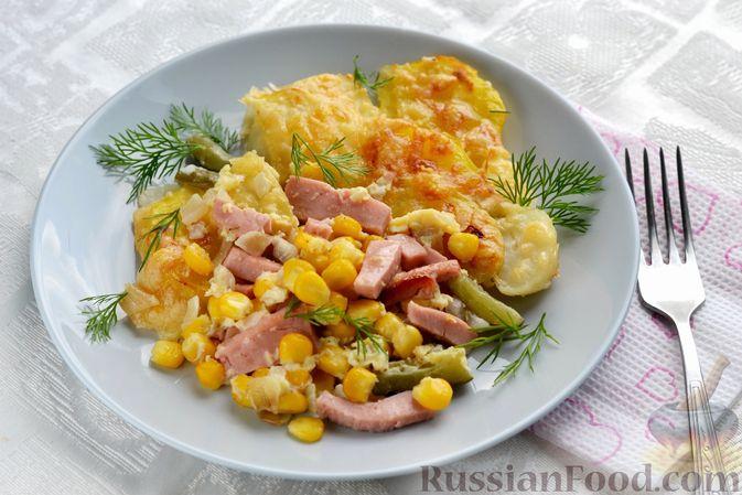 Фото к рецепту: Картофельная запеканка с колбасой, консервированной кукурузой и маринованными огурцами