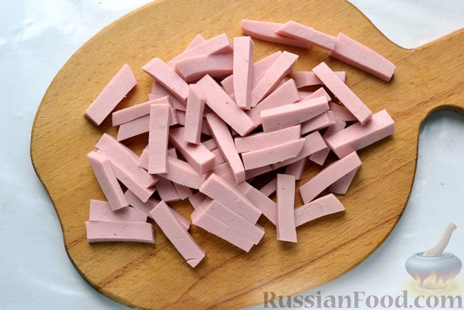Фото приготовления рецепта: Картофельная запеканка с колбасой, консервированной кукурузой и маринованными огурцами - шаг №4