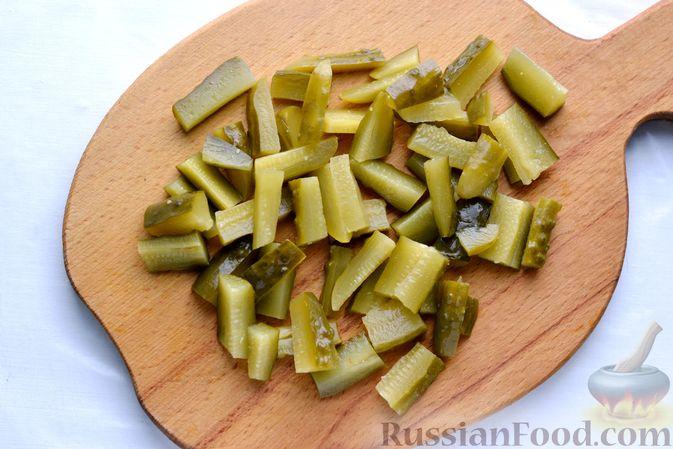 Фото приготовления рецепта: Картофельная запеканка с колбасой, консервированной кукурузой и маринованными огурцами - шаг №5