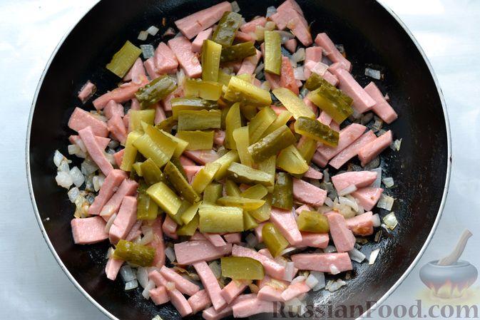 Фото приготовления рецепта: Картофельная запеканка с колбасой, консервированной кукурузой и маринованными огурцами - шаг №8