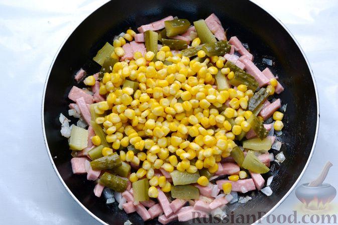 Фото приготовления рецепта: Картофельная запеканка с колбасой, консервированной кукурузой и маринованными огурцами - шаг №9