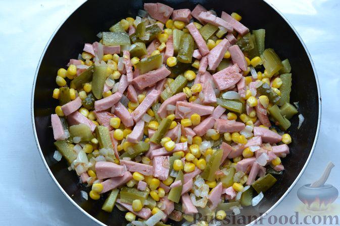 Фото приготовления рецепта: Картофельная запеканка с колбасой, консервированной кукурузой и маринованными огурцами - шаг №10