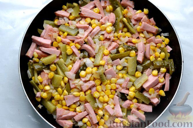 Фото приготовления рецепта: Картофельная запеканка с колбасой, консервированной кукурузой и маринованными огурцами - шаг №13