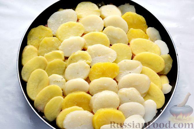 Фото приготовления рецепта: Картофельная запеканка с колбасой, консервированной кукурузой и маринованными огурцами - шаг №17
