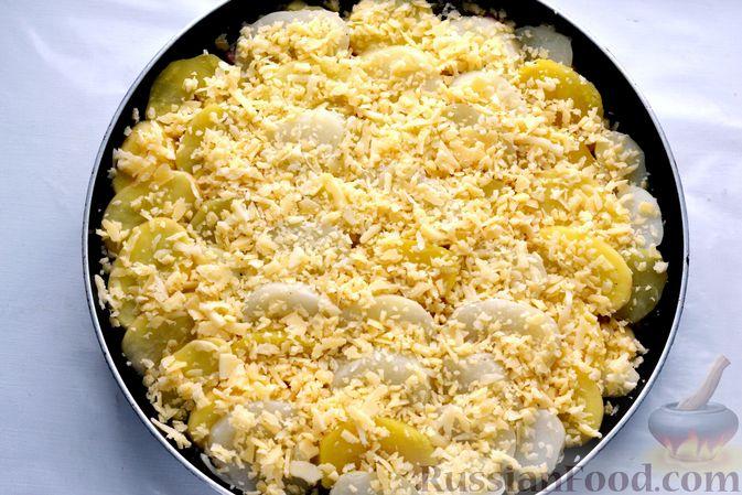 Фото приготовления рецепта: Картофельная запеканка с колбасой, консервированной кукурузой и маринованными огурцами - шаг №19