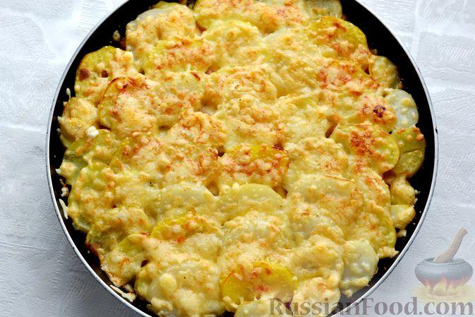 Фото приготовления рецепта: Картофельная запеканка с колбасой, консервированной кукурузой и маринованными огурцами - шаг №20