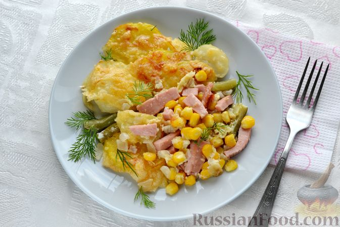 Фото приготовления рецепта: Картофельная запеканка с колбасой, консервированной кукурузой и маринованными огурцами - шаг №21