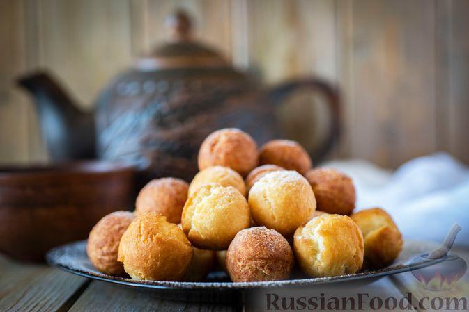 Фото к рецепту: Пончики со сгущёнкой и кокосовой стружкой