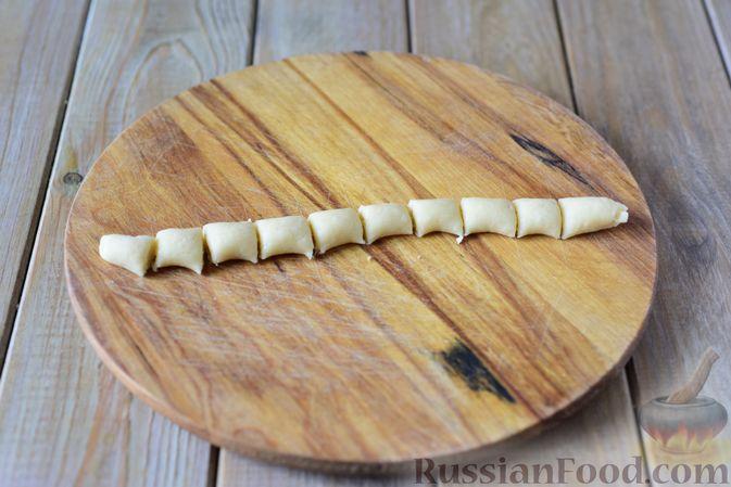 Фото приготовления рецепта: Пончики со сгущёнкой и кокосовой стружкой - шаг №8