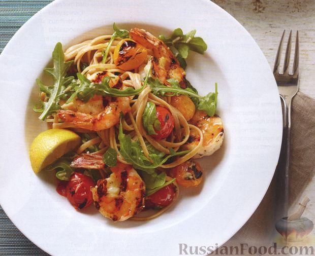 Фото к рецепту: Салат из макарон с креветками и помидорами, приготовленными на гриле