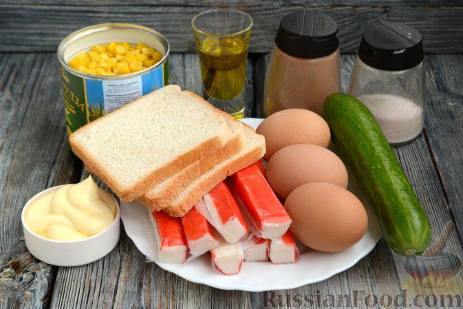 Фото приготовления рецепта: Салат из крабовых палочек с кукурузой, огурцом и сухариками - шаг №1