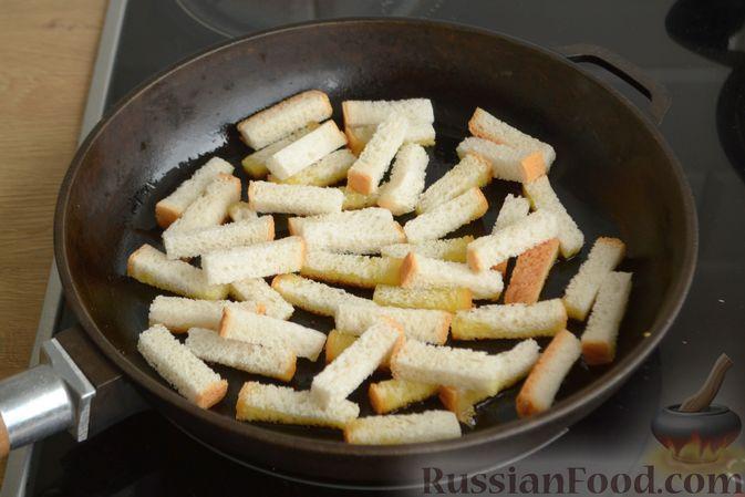 Фото приготовления рецепта: Салат из крабовых палочек с кукурузой, огурцом и сухариками - шаг №3