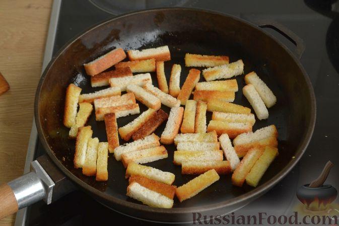 Фото приготовления рецепта: Салат из крабовых палочек с кукурузой, огурцом и сухариками - шаг №4