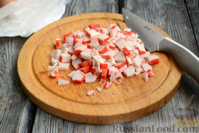 Фото приготовления рецепта: Салат из крабовых палочек с кукурузой, огурцом и сухариками - шаг №6