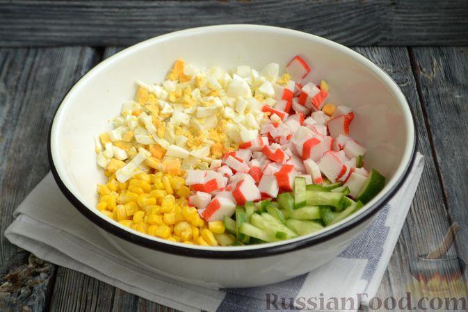 Фото приготовления рецепта: Салат из крабовых палочек с кукурузой, огурцом и сухариками - шаг №8
