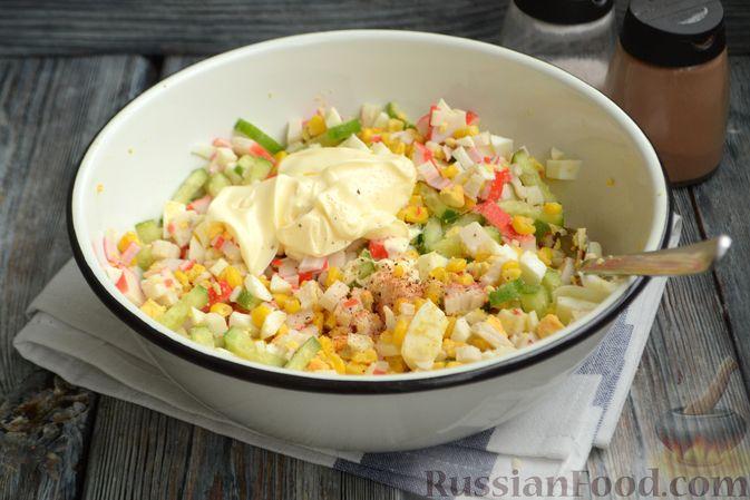 Фото приготовления рецепта: Салат из крабовых палочек с кукурузой, огурцом и сухариками - шаг №9