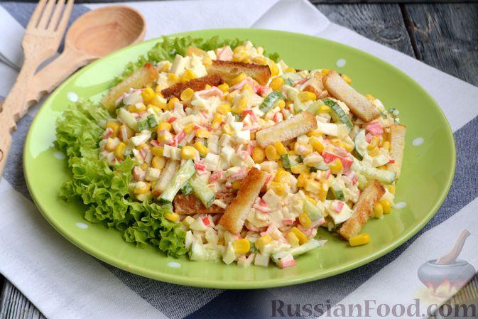 Фото приготовления рецепта: Салат из крабовых палочек с кукурузой, огурцом и сухариками - шаг №11