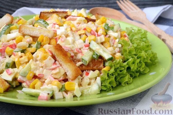 Фото приготовления рецепта: Салат из крабовых палочек с кукурузой, огурцом и сухариками - шаг №12