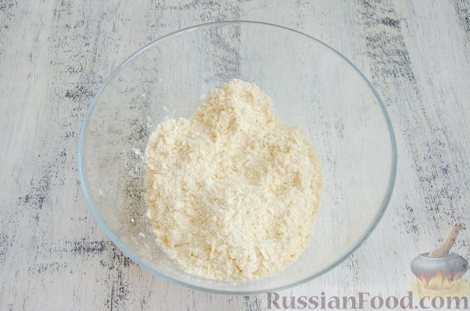 Фото приготовления рецепта: Открытый пирог с сыром и варёными яйцами - шаг №3