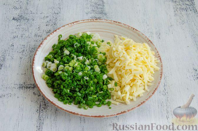 Фото приготовления рецепта: Открытый пирог с сыром и варёными яйцами - шаг №7