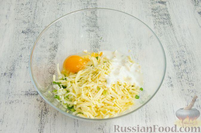 Фото приготовления рецепта: Открытый пирог с сыром и варёными яйцами - шаг №8