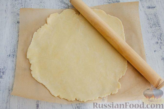 Фото приготовления рецепта: Открытый пирог с сыром и варёными яйцами - шаг №9
