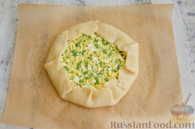 Фото приготовления рецепта: Открытый пирог с сыром и варёными яйцами - шаг №11