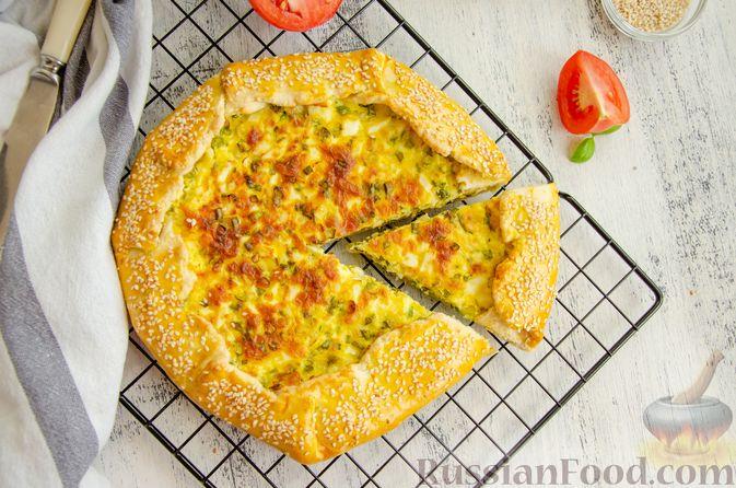 Фото приготовления рецепта: Открытый пирог с сыром и варёными яйцами - шаг №14