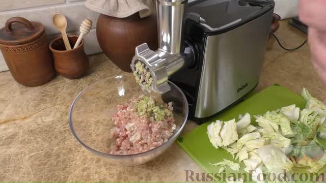 Фото приготовления рецепта: Жареные куриные котлеты с капустой и овсянкой - шаг №2