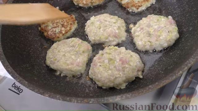 Фото приготовления рецепта: Жареные куриные котлеты с капустой и овсянкой - шаг №5
