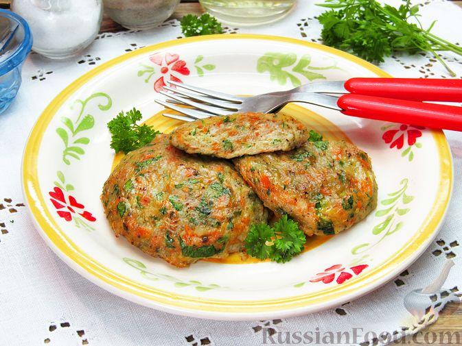 Фото к рецепту: Рыбные котлеты с морковью и зеленью, запечённые в духовке