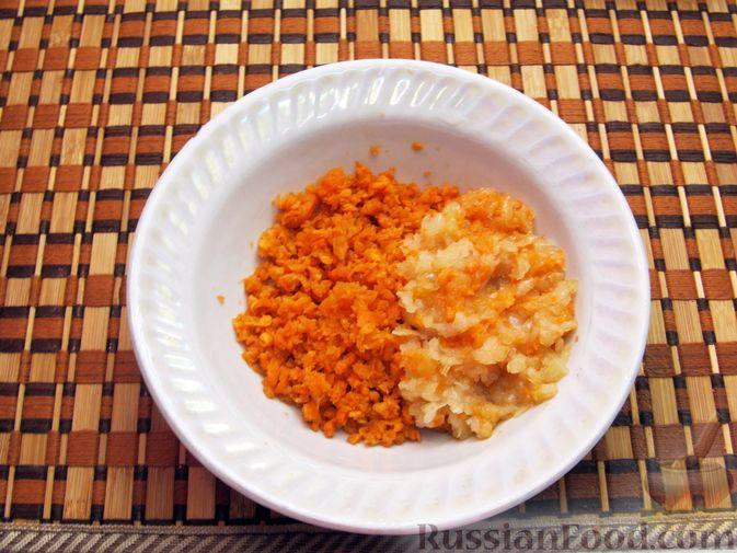Фото приготовления рецепта: Рыбные котлеты с морковью и зеленью, запечённые в духовке - шаг №3