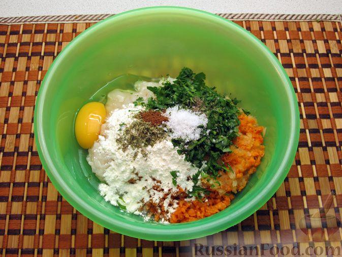 Фото приготовления рецепта: Рыбные котлеты с морковью и зеленью, запечённые в духовке - шаг №6