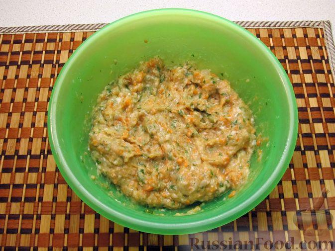 Фото приготовления рецепта: Рыбные котлеты с морковью и зеленью, запечённые в духовке - шаг №7