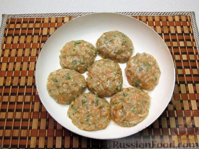 Фото приготовления рецепта: Рыбные котлеты с морковью и зеленью, запечённые в духовке - шаг №8