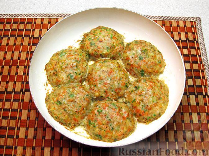 Фото приготовления рецепта: Рыбные котлеты с морковью и зеленью, запечённые в духовке - шаг №9