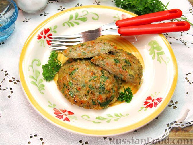 Фото приготовления рецепта: Рыбные котлеты с морковью и зеленью, запечённые в духовке - шаг №10