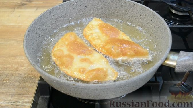 Фото приготовления рецепта: Чебуреки из заварного теста - шаг №11