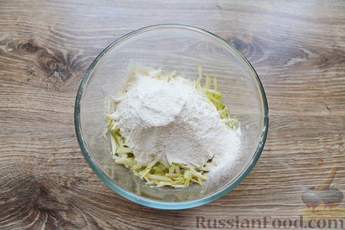 Фото приготовления рецепта: Сладкие кабачковые оладьи с изюмом - шаг №4