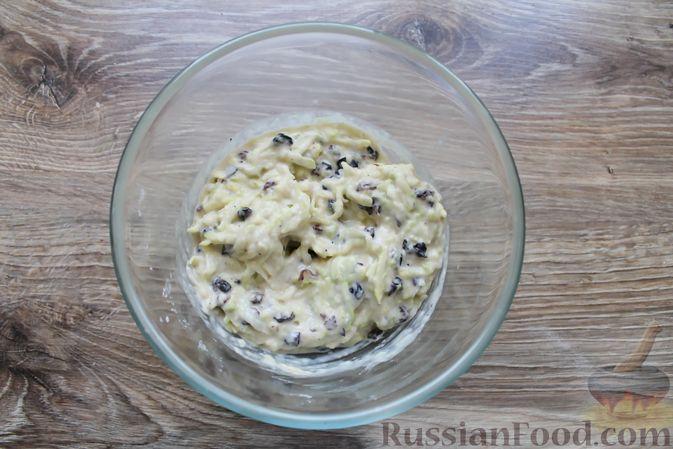 Фото приготовления рецепта: Сладкие кабачковые оладьи с изюмом - шаг №6