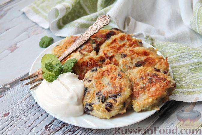 Фото приготовления рецепта: Сладкие кабачковые оладьи с изюмом - шаг №8