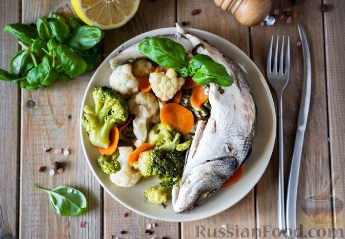 Фото к рецепту: Сибас с цветной капустой, брокколи и морковью (на пару)