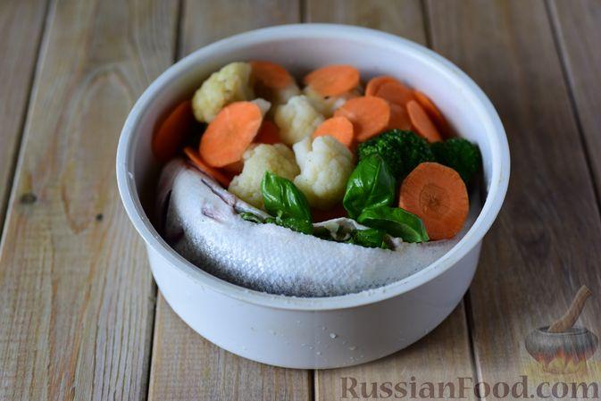Фото приготовления рецепта: Сибас с цветной капустой, брокколи и морковью (на пару) - шаг №8